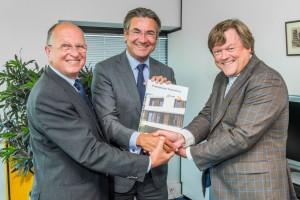 Namens de Stichting PassiefBouwen.nl overhandigde voorzitter ir. Chris Zijdeveld (links) het boek. Namens SBRCURnet was directeur Jack de Leeuw (rechts) van de partij.