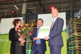 Lidl heeft in Waddinxveen het meeste duurzame dc van Nederland gerealiseerd. Daarvoor ontvingen Harm van Oorschot (foto midden), directeur Vastgoed en Bouw van Lidl Nederland en Pieter Breijs (Regiodirecteur van Lidl Nederland) uit handen van Annemarie van Doorn, directeur van de Dutch Green Building Council het BREEAM-NL certificaat 'Outstanding'. De termen 'duurzaamheid en trots' werden gistermiddag door de mensen van Lidl en genodigden tijdens de opening van het dc te pas en te onpas uitgesproken. Niet zonder reden want het supermarktconcern heeft inmiddels een goede staat van dienst opgebouwd waar het gaat om de bouw van duurzame distributiecentra. Lidl heeft ervaring met duurzame dc's De eerste stap op dit gebied werden gemaakt