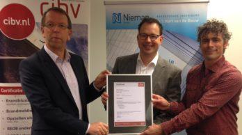 Uitreiking UPD certificaat vlnr Harrit Broos (CIBV), Woter evan de kamp en Theo Holterman (Nieman Raadgevende Ingenieurs)
