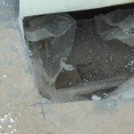 onderzoek naar vochtproblemen: Verzadigde zandcementlaag op het aansluitende platte dak ter plaatse van een insnijding.