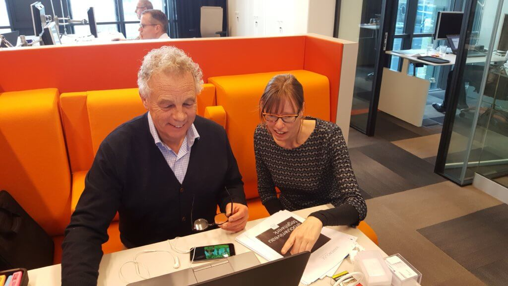 Peter 't Hart van Era Contour aan het werk met Kitty Huijbers van Nieman