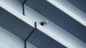 Terugdraaiende gevelschroeven bij metalen gevelbekleding - Losgedraaide schroef