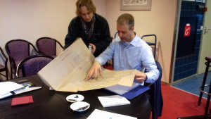 Synneva en Robert bekijken vluchtroutes op papier