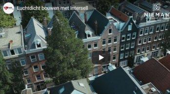 In deze video laten collega's Marcel Meulenkamp en Paul Walta zien hoe een luchtdoorlatendheidsmeting uitgevoerd wordt.