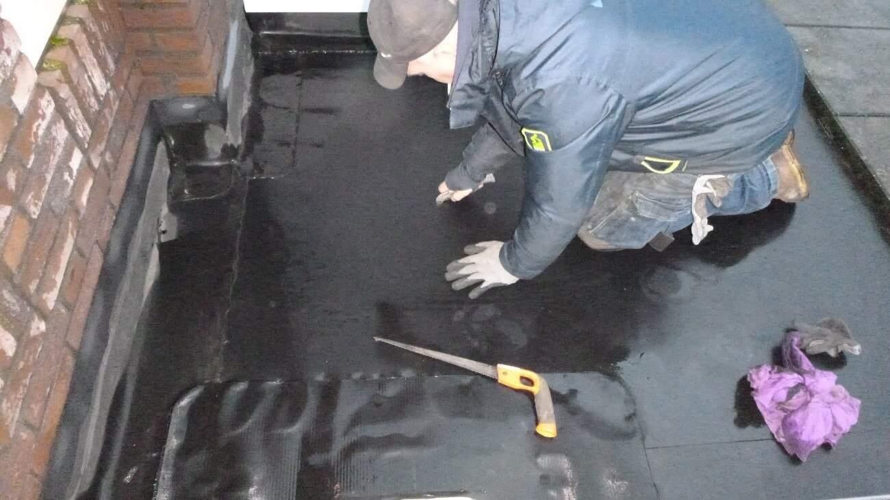 Afbeelding 2: Bepalen van de dakopbouw door middel van een destructief onderzoek. (De dakdekker dicht de insnijding gelijk na afloop van de inspectie.)